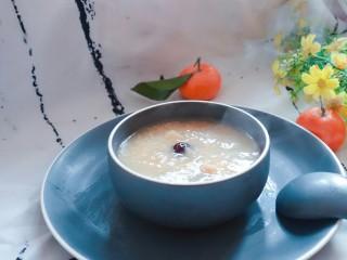 宝宝辅食   10M+  健脾养胃小米苹果粥,如果是用粥煲煮的话,苹果先不要放进去,先把其它材料煮软,然后再加入切好的苹果煮20分钟。
