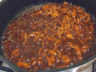 春饼卷土豆丝,然后大火收汁。这样肉酱就完成了!