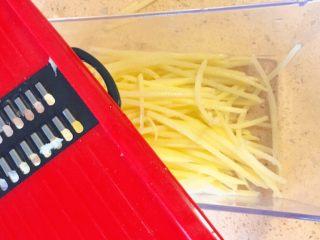 春饼卷土豆丝,土豆削皮,用工具插成细丝,当然,也可以亲自手切,哈哈,只是比较慢。