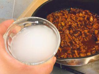 春饼卷土豆丝,把水淀粉倒进锅里
