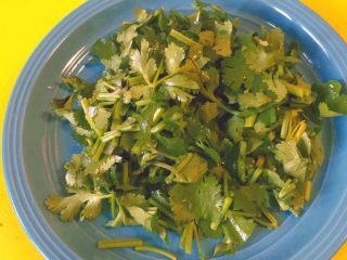 春饼卷土豆丝,然后切足够多的香菜沫。这样辅料也完成了!
