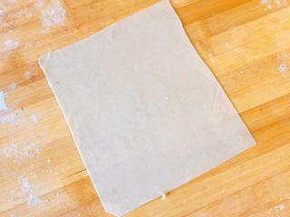 春饼卷土豆丝,为了好看,我把它又切成正方形了。呵呵,你们可以做圆形的哦。