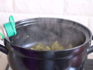 砂锅酸菜鱼,放入黑胡椒,再根据自家酸菜的咸度,放入适量食盐