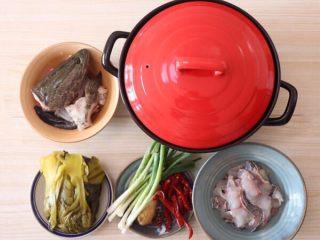 砂锅酸菜鱼,黑鱼去掉鱼头和骨头,鱼肉斜着削成片,厚度适中,鱼骨头和鱼片分开