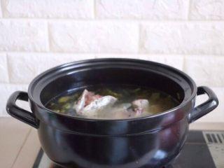 砂锅酸菜鱼,锅里加适量冷水(一次性加足,中途切记不要加水,有开水更好)放入鱼骨头