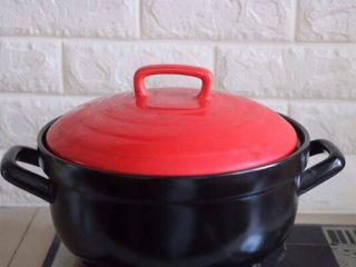 砂锅酸菜鱼,大火烧开,转小火焖20-30分钟(这样做出来的汤很鲜美)