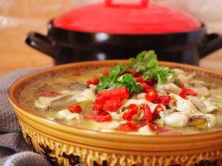 砂锅酸菜鱼,把翻炒好的干辣椒和油一起淋在鱼片上,茨啦茨啦的声音有木有,做过酸菜鱼的姐妹会有同感,很美味的说,撒上香菜,就可以开吃了