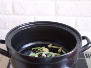 砂锅酸菜鱼,砂锅烧热放油,葱姜蒜花椒放进去爆香