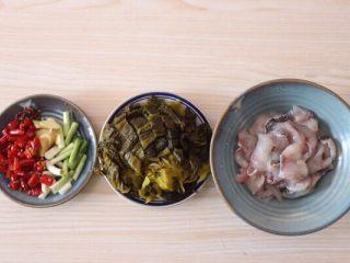砂锅酸菜鱼,鱼片加少许盐、料酒、淀粉(生粉),抓匀,腌制15-20分钟,入味即可;酸菜切小块;葱姜蒜适量、花椒少许、干红椒适量切段