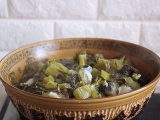 砂锅酸菜鱼,煮好之后把酸菜、鱼骨头捞出来,放在一个大碗里