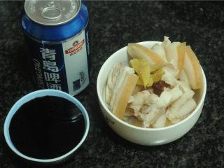 三杯鸡,趁烧水的功夫,将肥肉切片,啤酒和酱油准备好