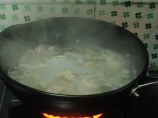 三杯鸡,水烧开后,捞出浮沫,鸡块捞出来,过凉水,沥干备用