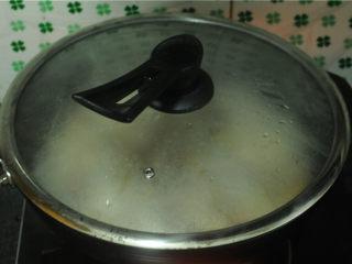 三杯鸡,中火焖煮至水分微微收干