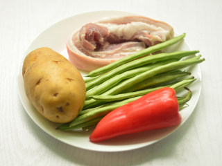 五花肉烧土豆,材料准备好
