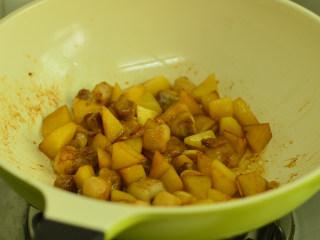 五花肉烧土豆,煎至土豆微焦后调入酱油和料酒