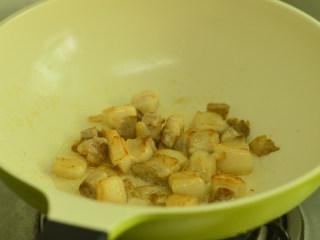 五花肉烧土豆,中小火将五花肉的油份煸炒出来