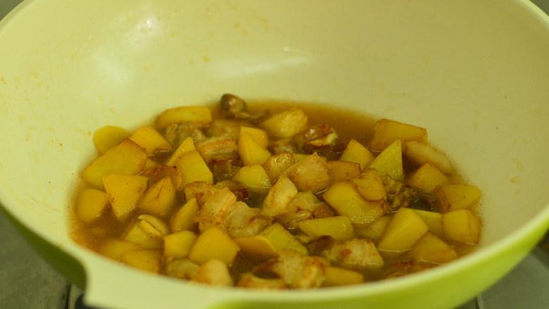 五花肉烧土豆,倒入水,没过五花肉为宜