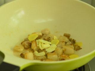 五花肉烧土豆,接着放入姜蒜炒香