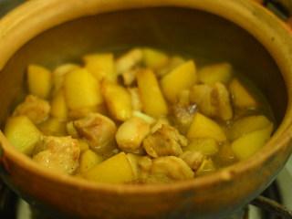 五花肉烧土豆,转入砂锅,大火烧开,小火煮30分钟