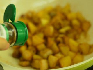 五花肉烧土豆,调入八角粉