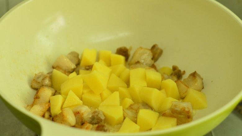 五花肉烧土豆,放入土豆煎至