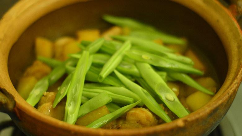 五花肉烧土豆,放入豆角丝,调入少许盐,再继续煮30分钟即可