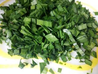 蛋抱饺子,韭菜洗好,控干水分,切碎
