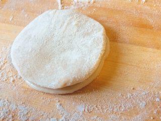春饼卷土豆丝,然后把饼叠放在一起,油在中间哦。