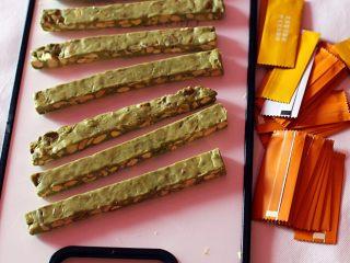 抹茶坚果牛扎,用菜刀切齐整,装袋封口。