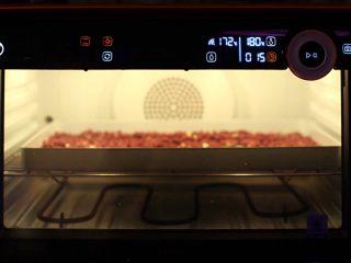 抹茶坚果牛扎,红皮花生入烤盘,温度180度烘烤15分钟,中间翻面俩次。