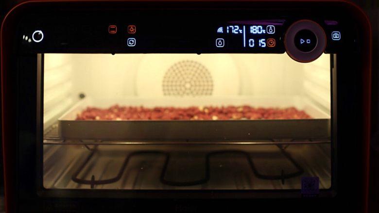 抹茶坚果牛扎,<a style='color:red;display:inline-block;' href='/shicai/ 26437'>红皮花生</a>入烤盘,温度180度烘烤15分钟,中间翻面俩次。