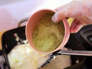 抹茶坚果牛扎,小火充分融合黄油与棉花糖后分三次倒入过筛后的抹茶粉与奶粉