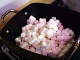 抹茶坚果牛扎,待黄油融化后倒入棉花糖