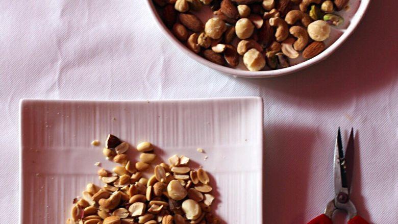 抹茶坚果牛扎,用剪刀将大粒坚果剪半