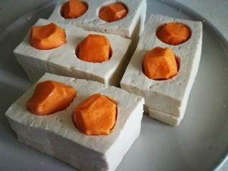 家宴创意菜谱~白玉金珠,放入两粒海鲜丸 将薄一些的豆腐片放在下边摞好