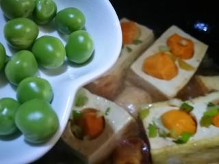 家宴创意菜谱~白玉金珠,放入豌豆 添些清水煮至豆腐入味