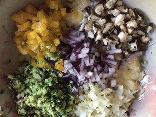 剩米饭的春天 米饭披萨,西兰花、彩椒、和香菇切丁一起放入米饭液中