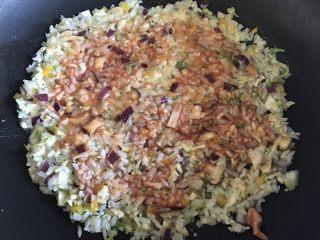 剩米饭的春天 米饭披萨,锅中放油,油热后将米饭放入,压成大饼状,抹上一层薄薄的番茄酱