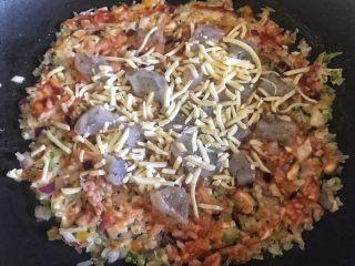 剩米饭的春天 米饭披萨,最后撒上一层马苏里拉奶酪,盖上锅盖小火焖熟