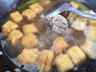 大酱骨头粉丝煲,加入豆腐泡。