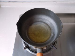 茄汁蓮藕雞肉丸子(親子版)-輔食,小鍋中放入適量橄欖油