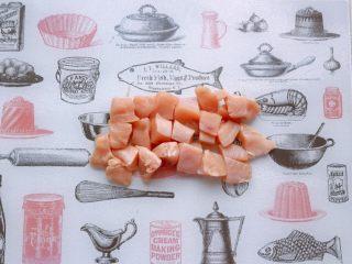 茄汁蓮藕雞肉丸子(親子版)-輔食,雞胸肉洗凈,用廚房紙吸干表面水分,切成小塊