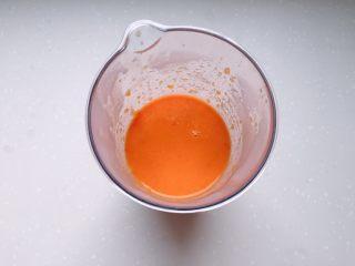 茄汁蓮藕雞肉丸子(親子版)-輔食,將西紅柿和紅黃彩椒全部倒入攪拌杯,用攪拌棒打成茄汁