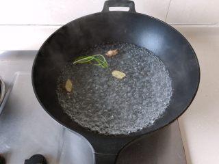 茄汁蓮藕雞肉丸子(親子版)-輔食,鍋中放入足量水,放入蔥結和姜片煮開
