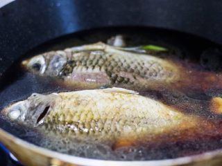红烧鲫鱼,加水,大概莫过鱼,大火烧开。