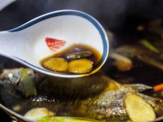红烧鲫鱼,不要翻动鱼,容易碎,用大勺子浇汤在表面,帮忙入味。小火炖20分钟,关火。