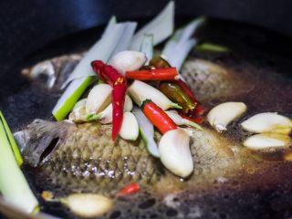 红烧鲫鱼,加入剩余调料。