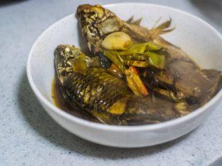 红烧鲫鱼,要多留点鱼汤,鱼汤拌饭或者吃鱼冻都是极好的。