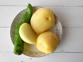 干煸土豆条,准备好所需材料,土豆去皮洗净