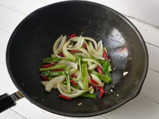 干煸土豆条,下入洋葱和尖椒炒至颜色变深至断生